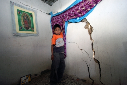 child_and_cracked_wall